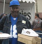 ETNIES dona  2,000 pares de zapatillas a personas sin casas en Los Angeles